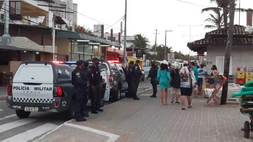 Policiais militares no calçadão de Ponta Negra, em Natal — Foto: Sérgio Henrique Santos/Inter TV Cabugi