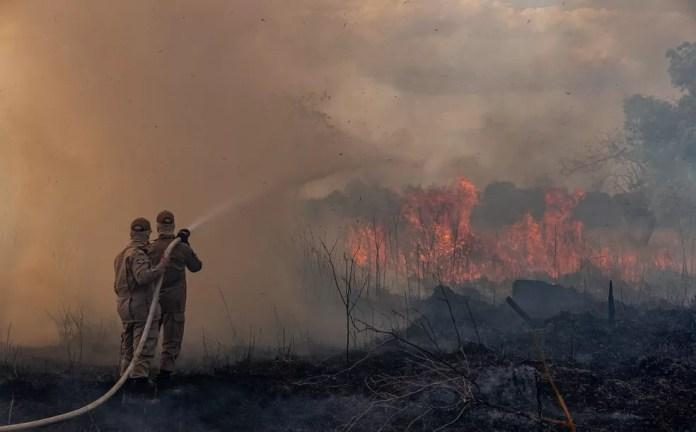 Bombeiros combatem queimadas em Sorriso, no Mato Grosso, no dia 26 de agosto de 2019. — Foto: Departamento de Comunicação do Governo de Mato Grosso/AFP