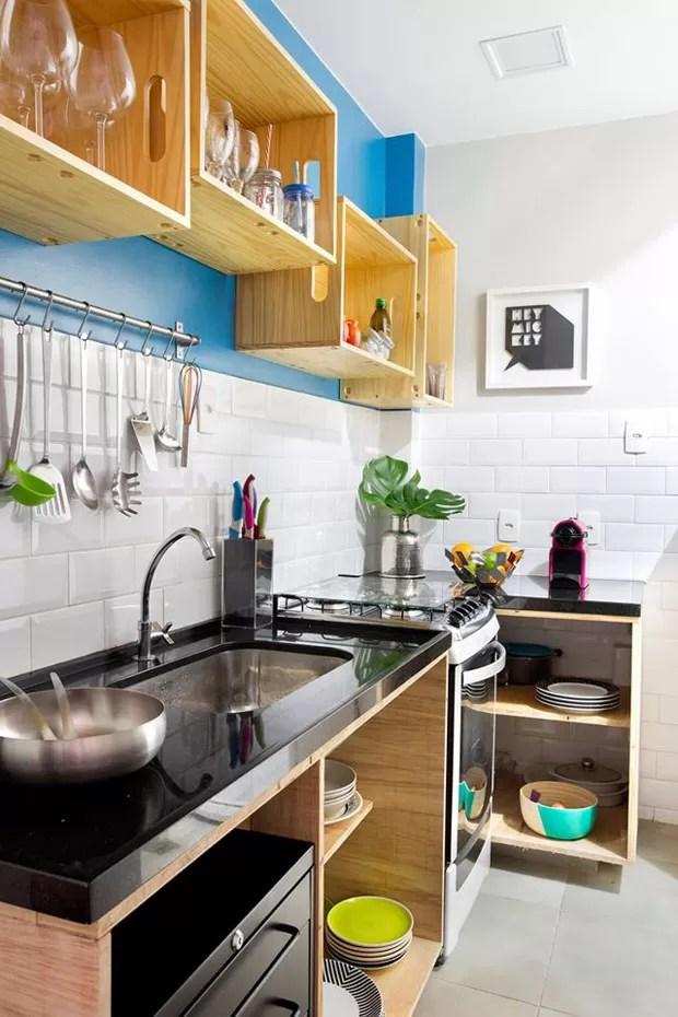 Na cozinha foi usado piso Portobello New York Cement 4545 e cerâmica Metro White 10x20 Eliane Revestimentos. A pintura com Tinta Acrílica Acetinada Coral Dulux Doce Safira 50BG 18/350 foi escolhida pela facilidade de trocar caso os moradores enjoem. Os mó (Foto: Juliano Colodeti - MCA Estudio/Divulgação)
