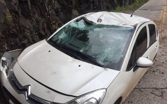 Carro danificado após deslizamento de pedras em SC (Foto: Samuel Madeira/Portal Sul in Foco)