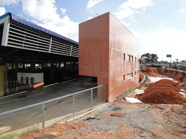 Obras do lado de fora da Estação Pampulha causam transtornos um ano após inauguração do terminal (Foto: Raquel Freitas/G1)