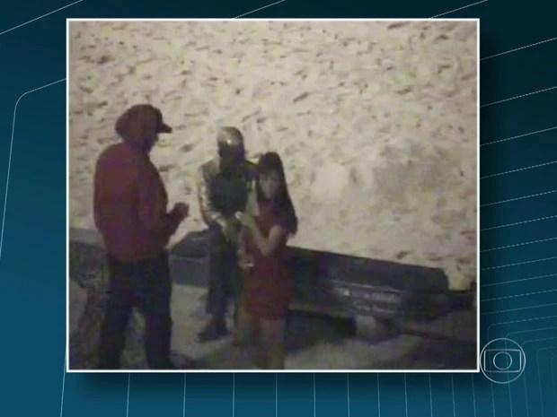 Casal é flagrado pichando a estátua do Drummond (Foto: Reprodução/TV Globo)
