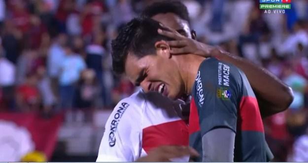 Goleiro do CRB, Vinícius chora depois da vitória sobre o Atlético-GO — Foto: Reprodução Sportv