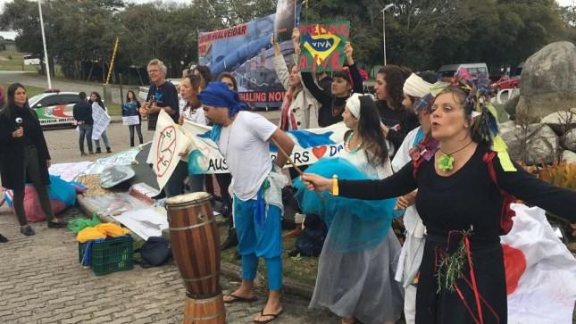 Protesto contra a liberação da caça comercial às baleias durante evento em Florianópolis. — Foto: Marcos Schmitt/NSC TV