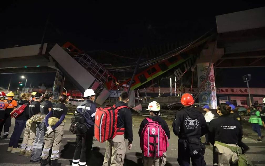 Equipes de resgate na área onde trem e viaduto do Metrô desabaram na Cidade do México  — Foto: Marco Ugarte / AP Photo