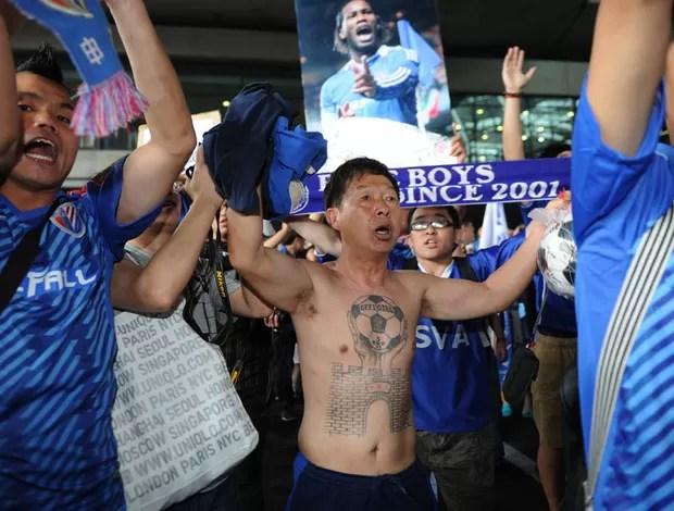 torcedor shanghai shenhua drogba apresentação (Foto: Agência AFP)