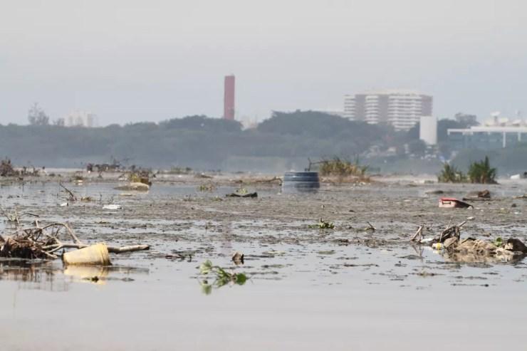 Lixo na Lagoa da Tijuca, na Zona Oeste do Rio — Foto: Mário Moscatelli/ Projeto Olho Verde
