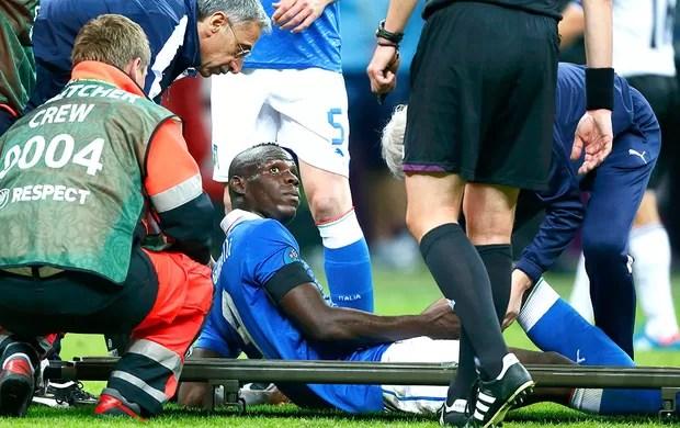 Mario Balotelli deixa o jogo da Itália contra a Alemanha (Foto: Reuters)