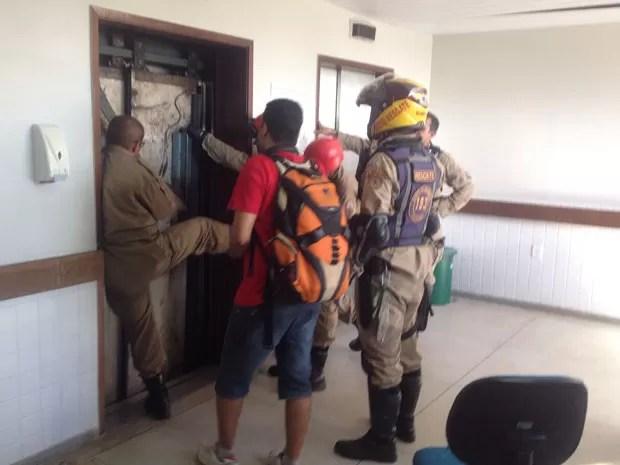 Três mulheres ficaram presas no elevador e foram socorridas pelo Corpo de Bombeiros (Foto: Walter Paparazzo/G1)