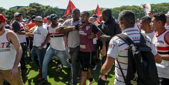 Wesley escoltado protesto são paulo (Foto: Rafael Arbex/Estadão Conteúdo)