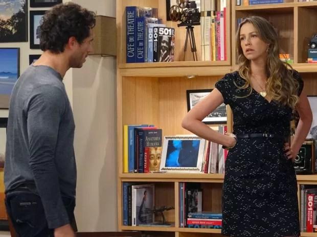 Vânia começa a dar ouvidos a Fábio (Foto: Guerra dos Sexos / TV Globo)