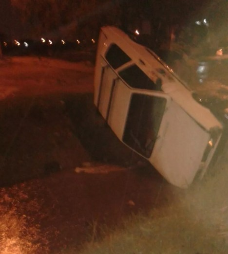 Carro cai em canal do Dom Avelar na cidade de Petrolina (Foto: Eliângela Alves / Arquivo pessoal)