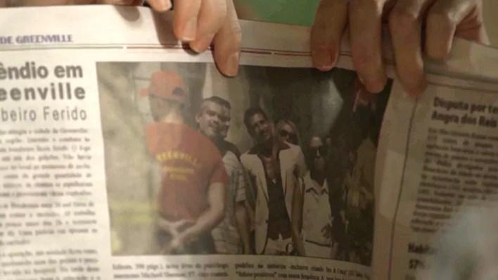 Stela (Vanessa Giácomo) e Stefânia (Carol Duarte) descobrem nome completo de homem que aparece no jornal, em 'O Sétimo Guardião' — Foto: TV Globo