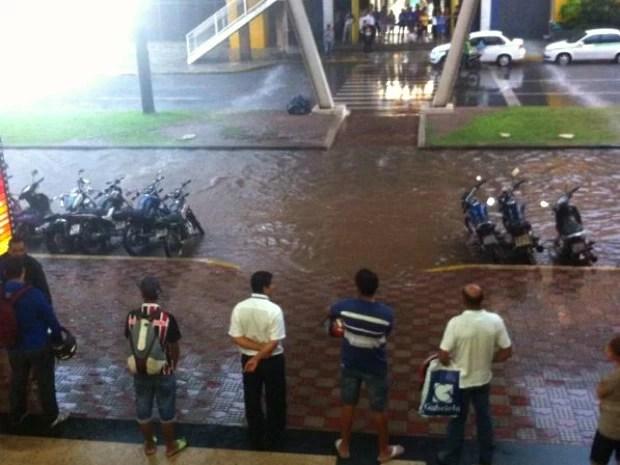 Água da chuva complicou fluxo de pedestres perto de shopping center da capital. (Foto: Elaine Almeida / Arquivo Pessoal)