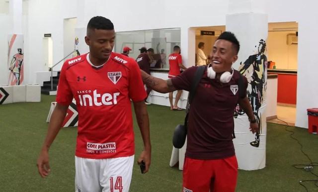 Reinaldo e Cueva brincam no vestiário do São Paulo (Foto: Rubens Chiri / saopaulofc.net)