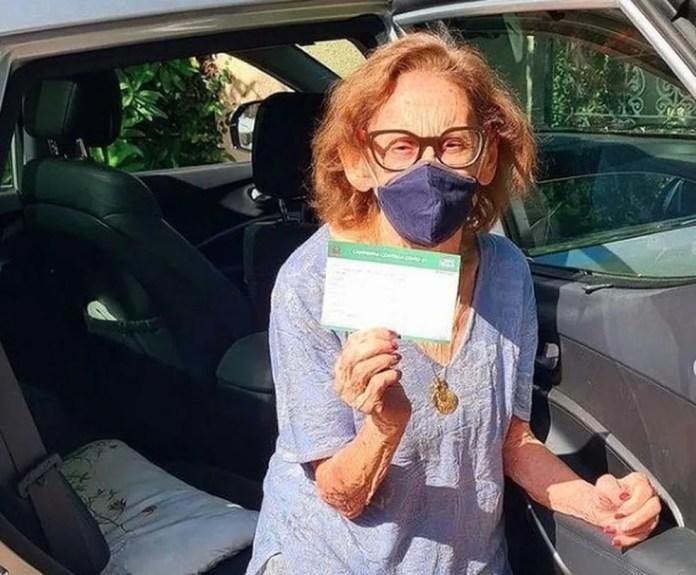 A atriz Laura Cardoso, de 93 anos, exibe, orgulhosa, o comprovante de vacinação contra a Covid-19 em SP. — Foto: Acervo pessoal