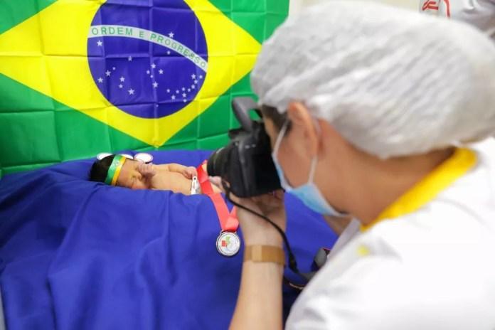Olimpíadas inspiram ensaio fotográfico de recém-nascidos internados em Manaus. — Foto: Dyheniver Gomes/Divulgação