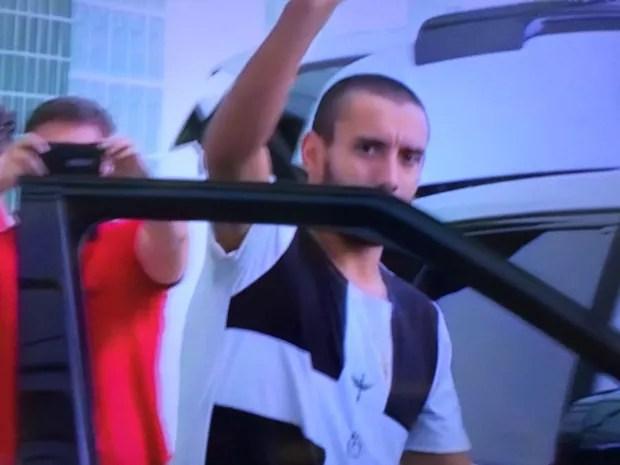 Alan Ruschel deixa hospital em Chapecó (Foto: Reprodução/SporTV)