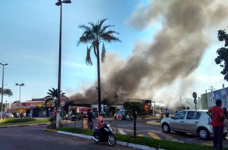 Fábrica de móveis pegou fogo em Birigui na manhã desta terça-feira (2) — Foto: Arquivo Pessoal