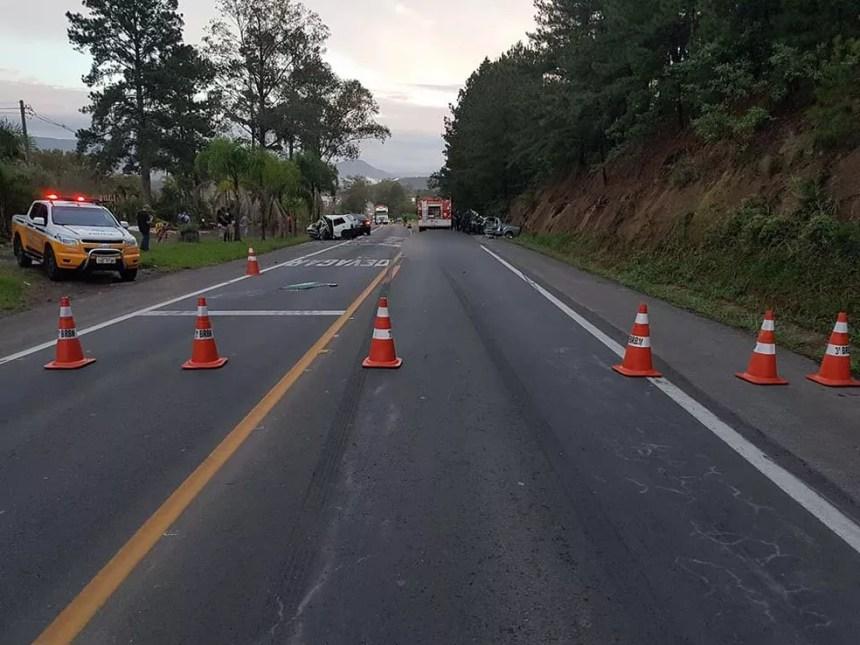 Tráfego na ERS-115 foi bloqueado após o acidente ocorrido na manhã deste sábado (Foto: Corpo de Bombeiros Voluntários de Igrejinha/Divulgação)