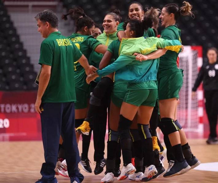 Olimpíadas de Tóquio 2020: jogadoras da seleção feminina de handebol comemoram empate com ROC — Foto: Dean Mouhtaropoulos/Getty Images
