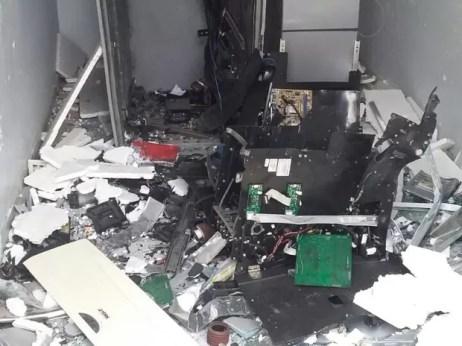 Grupo usou dinamite para explodir caixa eletrônico (Foto: Divulgação/Polícia Militar)