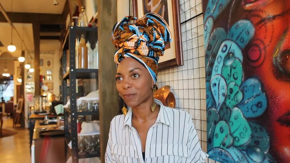 Thaís Muniz largou o emprego em um programa de TV e outro em uma revista de moda para se dedicar aos turbantes — Foto: Valma Silva/G1