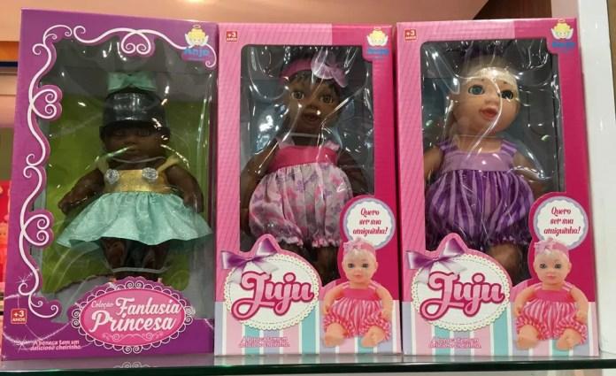 Bonecas com cores de pele mais escuras são fabricadas pela Anjo Brinquedos há cerca de dez anos, segundo a diretora da fábrica (Foto: Ana Carolina Moreno/G1)