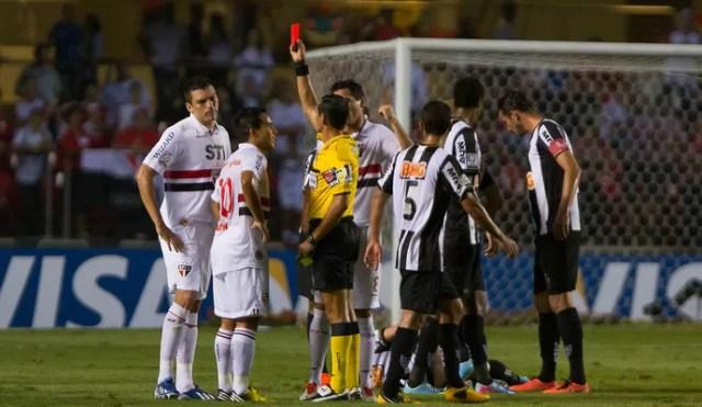Lucio expulso jogo São Paulo Atlético-MG (Foto: Leandro Martins / Agência Estado)