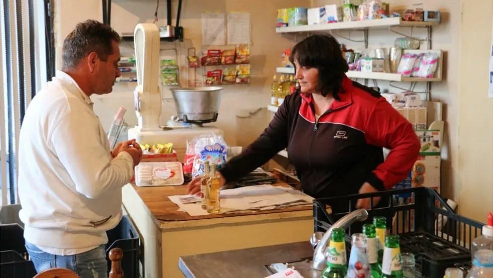 Stefka teme que seja necessário fechar a mercearia por falta de clientes (Foto: BBC)