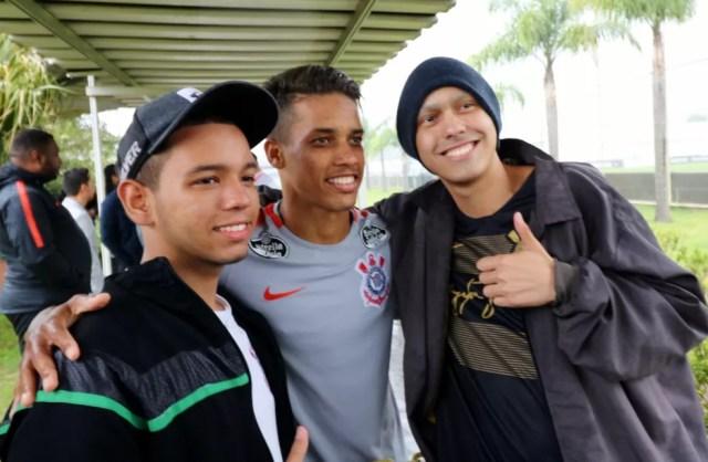 Pedrinho foi um dos jogadores tietados pela dupla — Foto: Danilo Sardinha/GloboEsporte.com