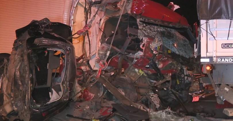 Carros ficaram totalmente destruídos em engavetamento na Anhanguera (Foto: Reprodução/EPTV)