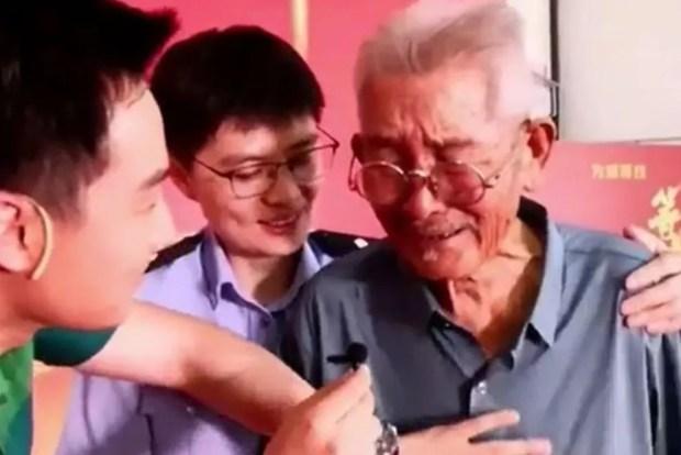 Depois de 58 anos, pai encontra filho sequestrado em estação de trem na China (Foto: Reprodução/YouTube)