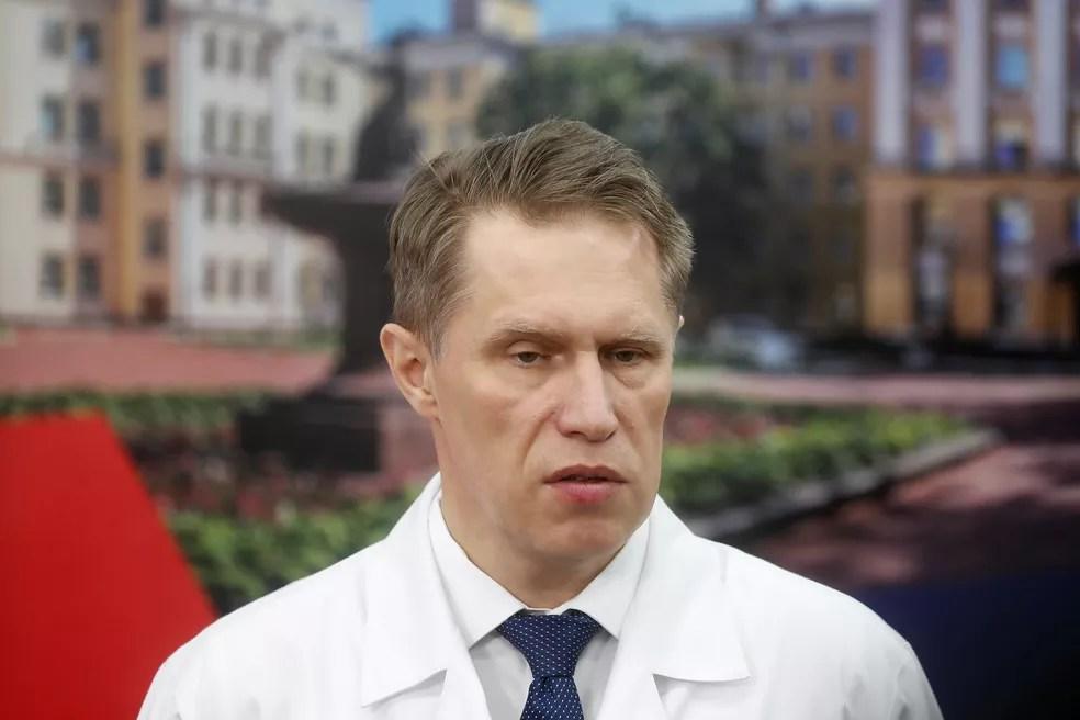 Ministro da Saúde da Rússia, Mikhail Murashko, durante apresentação de nova ala de tratamento de Covid-19 em centro médico de Moscou, em abril — Foto: Maxim Shemetov/Reuters