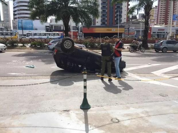 Acidente deixa carro capotado na Avenida Doca de Souza Franco (Foto: Catarina Barbosa/G1 Pará)