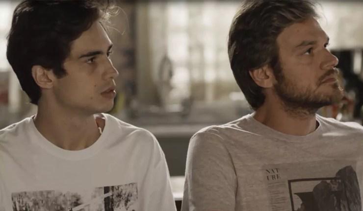 Valentim e Beto ficam surpresos ao verem Karola (Foto: TV Globo)