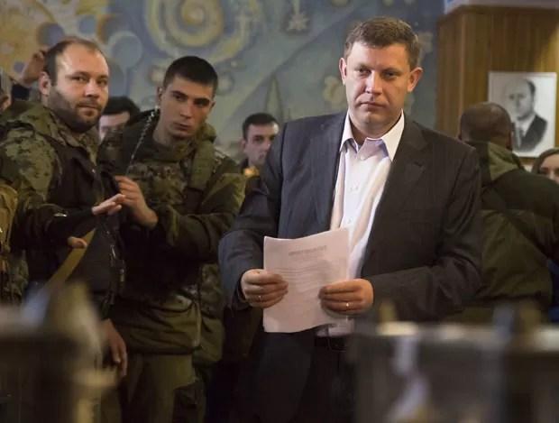 O líder rebelde pró-Rússia Alexander Zakharchenko durante a eleição separatista neste domingo (2) em Donetsk (Foto: Dmitry Lovetsky/AP)