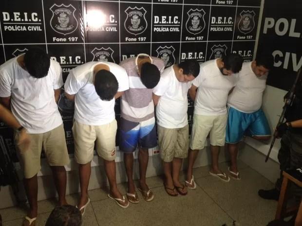 Seis suspeitos foram apresentados na Deic, em Goiânia, nesta segunda-feira (14), em Goiás (Foto: Fernanda Borges/G1)