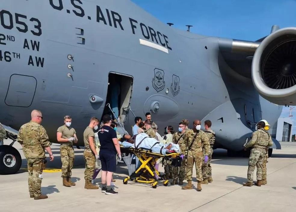Afegã é levada para unidade de saúde após ter filha dentro de avião — Foto: Reprodução
