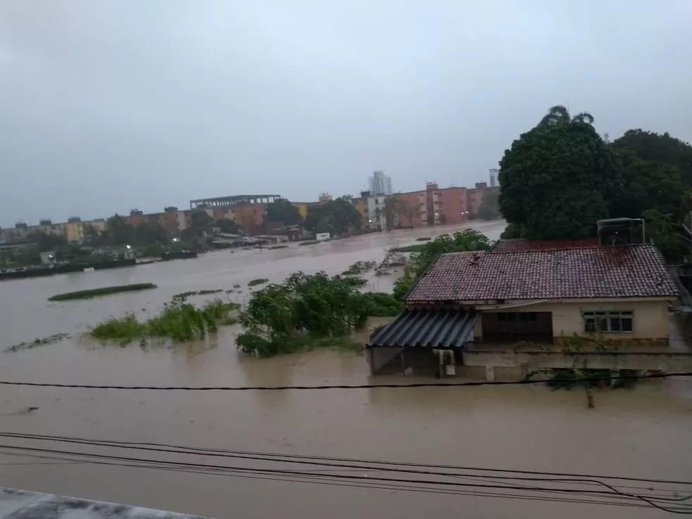 rua caetano ribeiro olinda - ALAGAMENTOS E MORTES: Fortes chuvas causam transtornos no Grande Recife; tráfego está comprometido - VEJA VÍDEO