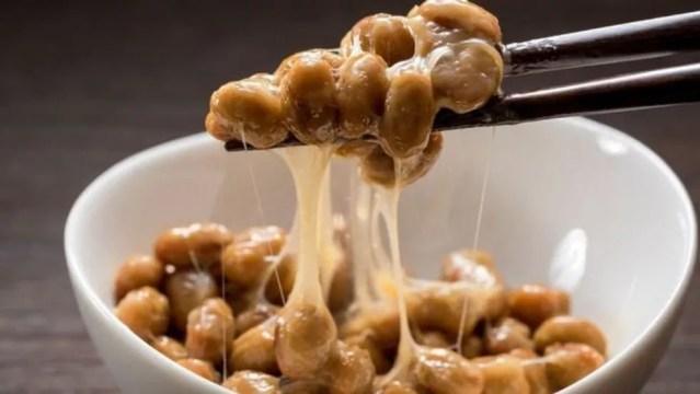 Natto parece ser nojento para muitos, mas é um alimento altamente nutritivo. — Foto: Getty Images/Via BBC