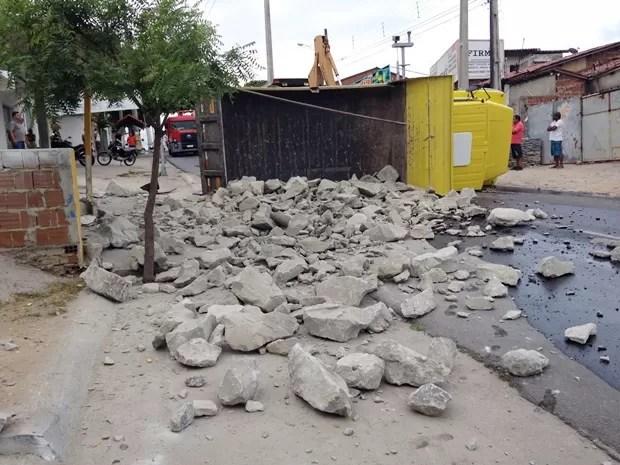 Caminhão tombou na Avenida Tancredo Neves, em Mandacaru, após problema no eixo traseiro (Foto: Walter Paparazzo/G1)