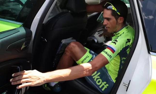 Alberto Contador já dentro do carro da equipe, depois de abandonar a bicicleta e o Tour de France 2016