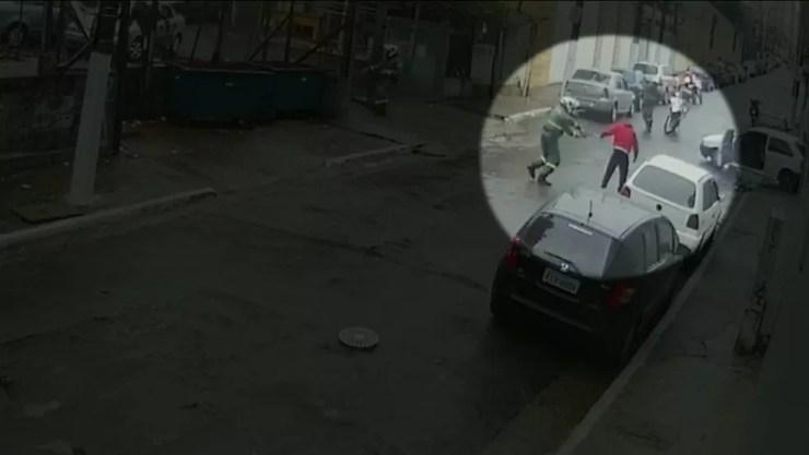 Suspeito já estava em posição de rendição quando foi atingido pelos tiros (Foto: Reprodução/TV Globo)