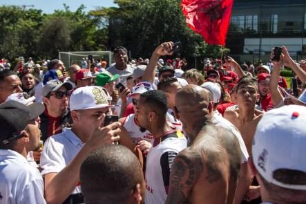 Wesley é rodeado por torcedores em invasão (Foto: MARIVALDO OLIVEIRA / Agência Estado)