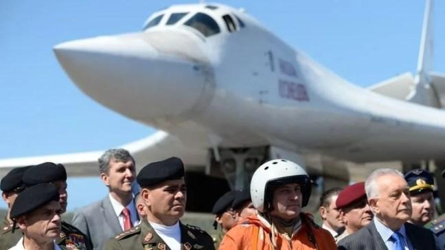 O ministro da defesa venezuelano, Vladimir Padrino (segundo à esquerda) dá boas-vindas às aeronaves russas — Foto: AFP