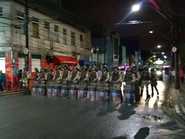 Barreira policial foi formada para que os manifestantes não chegassem à Arena Fonte Nova. (Foto: Yuri Girardi/G1 Bahia)