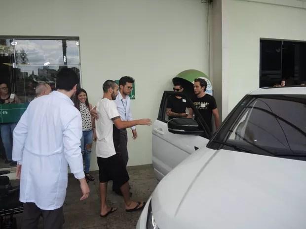 Alan Ruschel se levantou ao deixar hospital de Chapecó (Foto: Alexandre Lozetti/Globoesporte.com)