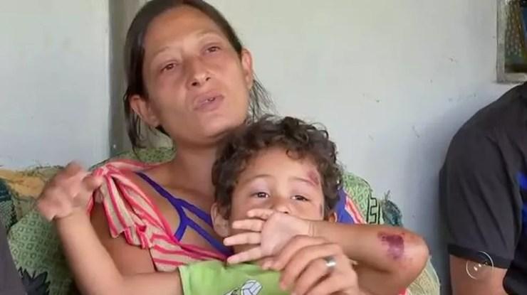 Eliane com o filho na época do acidente. Garoto teve apenas ferimentos leves (Foto: Reprodução/TV TEM)