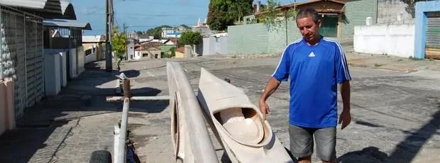 Ricardo Bezerra mostra dois barcos, que estão na frente da sua casa (Foto: Lucas Barros / Globoesporte.com/pb)